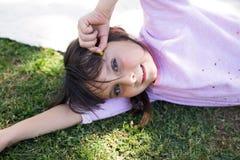 Mädchen in der Natur lizenzfreie stockfotos
