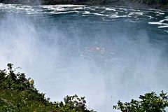 Mädchen der Nebelkanäle durch bei Niagara Falls Stockfotos