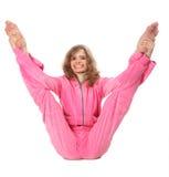 Mädchen in der rosafarbenen Kleidung tut gymnastische Übung Lizenzfreies Stockbild