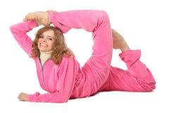Mädchen in der rosafarbenen Kleidung tut gymnastische Übung Stockbild