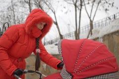 Mädchen in der roten Haube lizenzfreie stockfotos