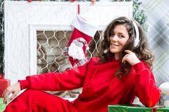 Mädchen in der roten Sportklage lizenzfreie stockfotos