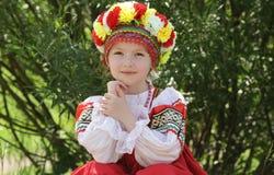 Mädchen in der russischen traditionellen Volkskleidung Stockfotografie