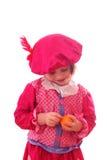 Mädchen in der schwarzen Peter-Klage eine Tangerine essend Lizenzfreie Stockbilder