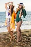 Mädchen in der Sommer-Kleidung am Strand Stockbilder
