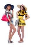 Mädchen in der Sommerkleidung mit den Taschen lokalisiert auf Stockfotografie