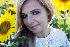 Mädchen in der Sonnenblume Stockfotografie