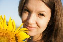 Mädchen in der Sonnenblume Lizenzfreie Stockbilder