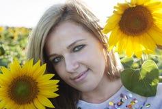 Mädchen in der Sonnenblume Lizenzfreie Stockfotografie