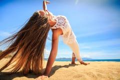 Mädchen in der Spitze in der Yoga asana Armbalance auf Strandnahaufnahme Lizenzfreie Stockbilder