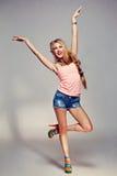 Mädchen in der Spitze und in der kurzen Jeanshose Stockfotos