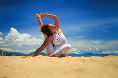 Mädchen in der Spitze in Yoga asana dehnte Bein hinten zurück auf Strand aus Lizenzfreie Stockfotografie