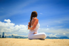 Mädchen in der Spitze in Yoga asana Lotos bewaffnet hinter hinterer Rückseitenansicht Lizenzfreie Stockfotos