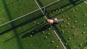 Mädchen in der Sportkleidung auf einer Draufsicht des Tennisplatzes stock footage