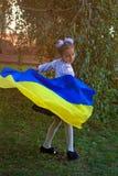 Mädchen in der Stickerei mit der Flagge von Ukraine stockfotos