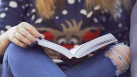 Mädchen in der Strickjacke mit Buch stock footage