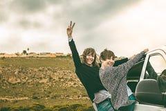 Mädchen an der Tür eines beweglichen Autos Lizenzfreie Stockfotos