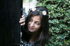 Mädchen in der Tür eines Gartens Stockfotos