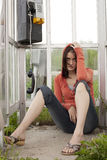 Mädchen in der Telefonzelle nach Verschlechterungsnachrichten Stockbilder