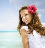 Mädchen in der tropischen Rücksortierung stockfotos