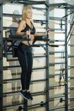 Mädchen in der Turnhalle am Training Stockbild
