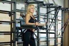Mädchen in der Turnhalle am Training Lizenzfreie Stockbilder