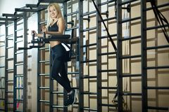 Mädchen in der Turnhalle am Training Stockbilder