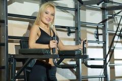 Mädchen in der Turnhalle am Training Lizenzfreie Stockfotografie