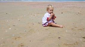 Mädchen in der ukrainischen Kostümstickerei auf Strand stock footage