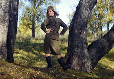 Mädchen in der Uniform der roten Armee stockfotografie