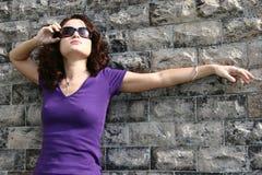 Mädchen an der Wand Stockfotos