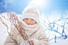 Mädchen in der weißen Kleidung im Winter Stockfotos