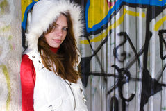 Mädchen in der weißen Weste auf gemaltem Hintergrund Lizenzfreies Stockbild