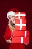 Mädchen in der Weihnachtsschutzkappe übergibt ein Set Geschenke Lizenzfreies Stockbild