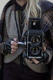 Mädchen in der Weinlesekleidung mit alter Kamera Lizenzfreie Stockbilder