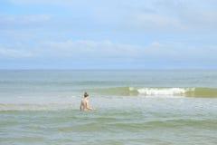 Mädchen in der Welle lizenzfreie stockfotografie
