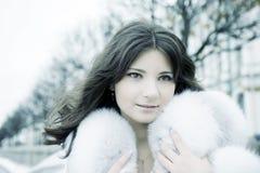 Mädchen in der Winterstadt Stockfoto