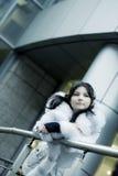 Mädchen in der Winterstadt Lizenzfreies Stockfoto