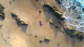 Mädchen in der Yoga-Haltung auf Ozean-Strand-oberer runder Ansicht stock video footage