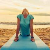 Mädchen in der Yogahaltung des aufwärts Einfassungshundes Stockbild