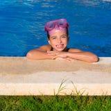 Mädchen des blauen Auges Kinderein auf dem blauen Pool Poolsidelächeln Stockbilder