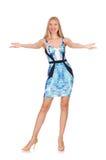 Mädchen des blonden Haares im mini blauen Kleid an lokalisiert Lizenzfreies Stockbild