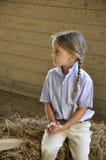 Mädchen des blonden Haares im Stall Stockfoto