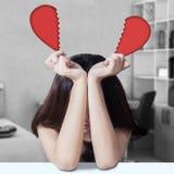 Mädchen des defekten Herzens im Schlafzimmer Stockfoto