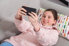Mädchen des jungen jugendlich, das selfie macht Stockbild