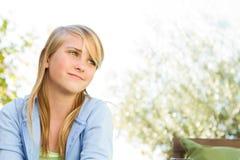 Mädchen des jungen jugendlich draußen Lizenzfreies Stockfoto