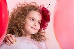 Mädchen des jungen jugendlich in einem Hut und Weiß kleidet auf einem Hintergrund von larg an Stockfoto