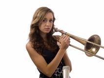 Mädchen des jungen jugendlich mit altem Trombone und Mikrofon Stockbilder