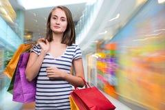 Mädchen des jungen jugendlich mit Einkaufstaschen Stockfotografie