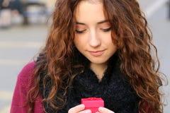 Mädchen des jungen jugendlich mit rotem Geschenk Lizenzfreie Stockfotos